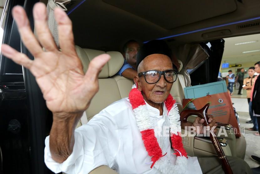 Salah seorang donatur pembelian pesawat pertama Indonesia RI 001, Nyak Sandang (91) melambaikan tangan saat tiba kembali di Bandara Sultan Iskandar Muda, Aceh Besar, Aceh, Jumat (6/4).