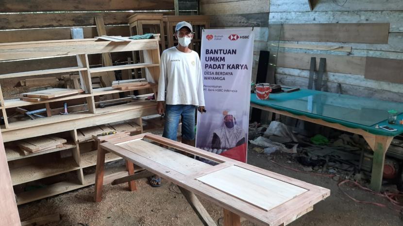 Salah seorang penerima manfaat projek padat karya UMKM Bank HSBC, saat didatangi relawan, Solikun sedang mengerjakan lemari pesanan dari pelanggannya, Kamis (14/10).