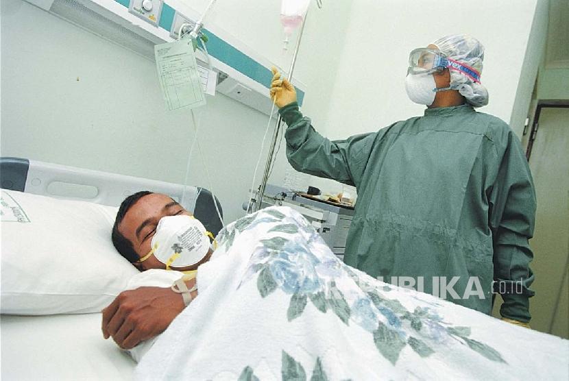 Salah seorang perawat sedang memeriksa pasien di rumah sakit (ilustrasi).