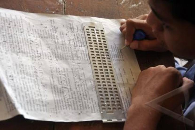 Salah seorang siswa inklusi saat mengikuti Ujian Nasional (UN).