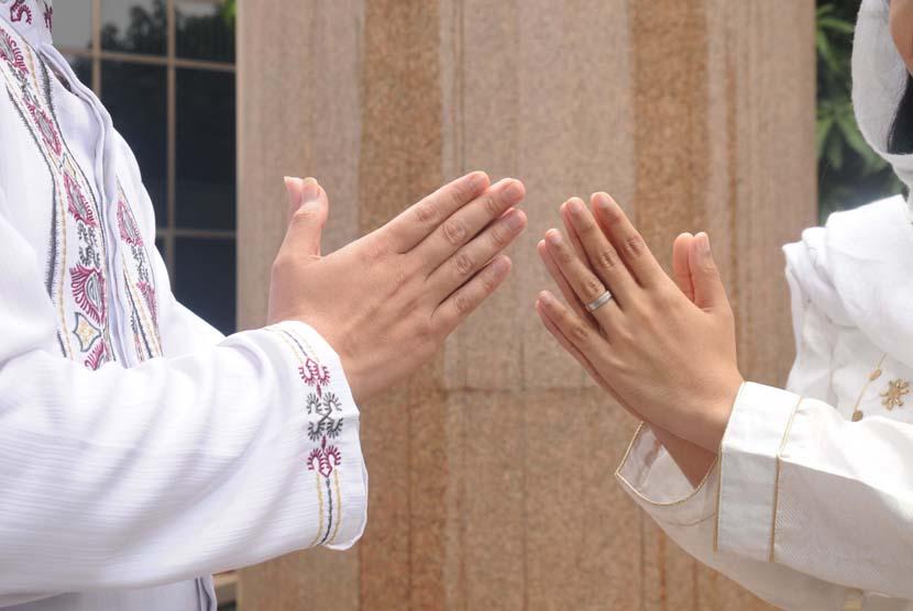 Saling memaafkan saat lebaran (ilustrasi).