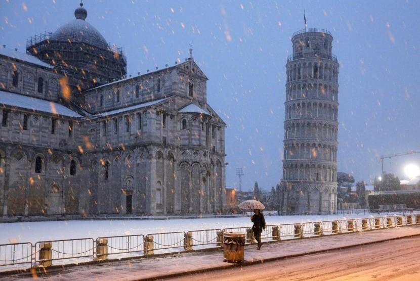 Salju menyelimuti Menara Pisa di Italia, Maret 2018.