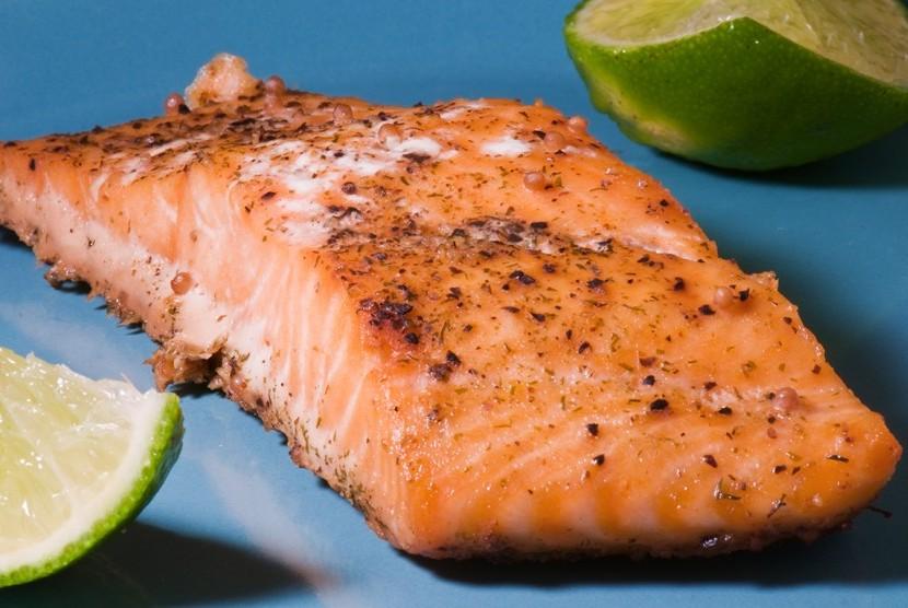 Salmon mengandung omega-3 yang baik untuk jantung.