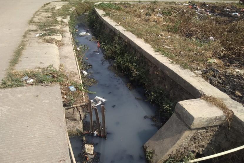 Saluran air di beberapa titik Desa Karang Asih mampet dan mengeluarkan bau tak sedap.Warga khawatir drainase yang mampet tersebut menjadi sarang nyamuk demam berdarah dengue (DBD), Cikarang Utara, Kabupaten Bekasi, Senin (24/6).