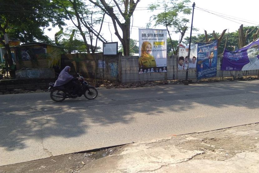 Saluran air yang mampat di jalan Mustika Jaya, Kota Bekasi akhirnya diperbaiki.