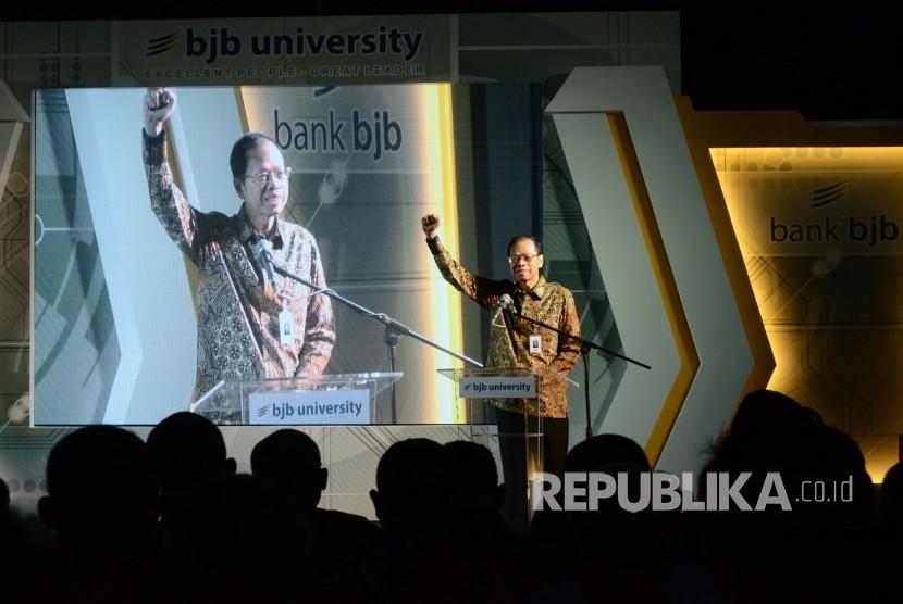 Sambutan Direktur Utama Bank BJB Ahmad Irfan pada peresmian Gedung BJB University, di Jalan Cikapundung, Kota Bandung, Rabu (18/7).