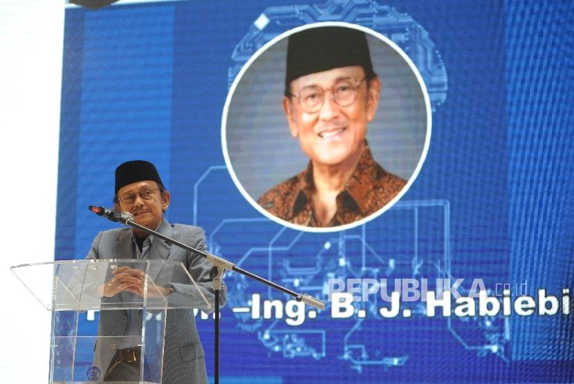 Sambutan. Presiden Ke-3 RI, Prof Dr-Ing BJ Habibie memberikan sambutan usai di berikan penganugrahan di acara 53 FTUI Untuk Negri di Gandaria City, Jakarta, Sabtu (28/10).