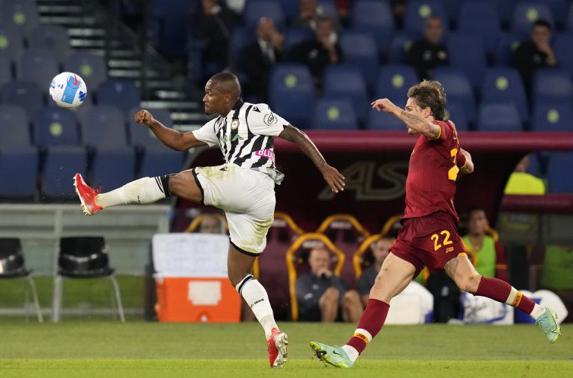 Samir dari Udinese, kiri, berduel memperebutkan bola dengan Nicolo Zaniolo dari Roma pada pertandingan sepak bola Serie A Italia antara Roma dan Udinese di stadion Olimpiade Roma, Kamis, 23 September 2021.