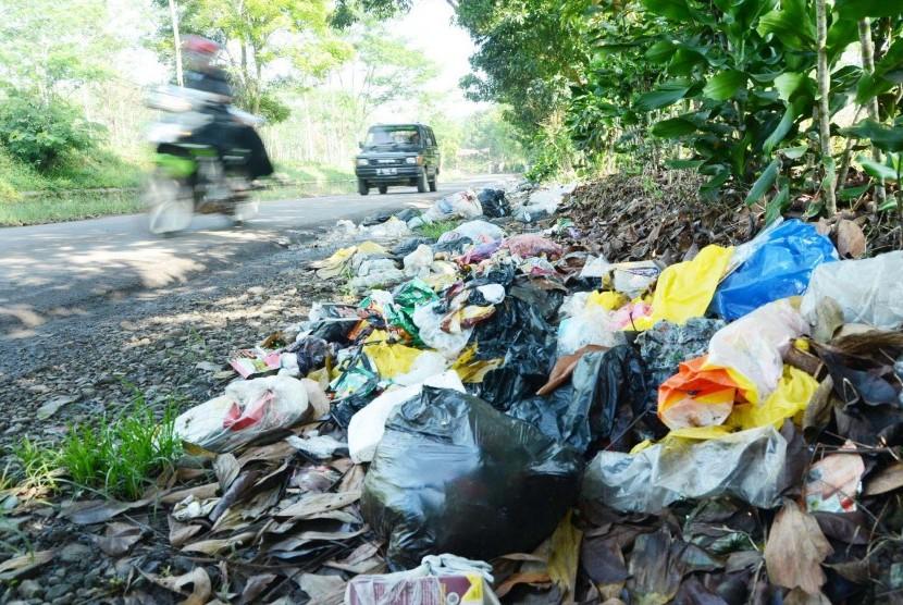Sampah menumpuk dan berserakan di pinggir jalan (ilustrasi)