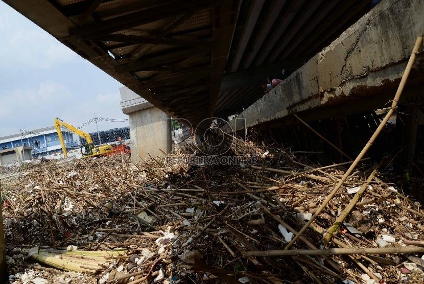 Sampah yang menumpuk menghambat aliran air sungai.