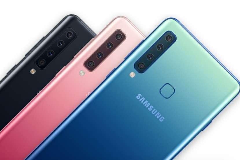 Samsung Galaxy A9, pertama dengan empat kamera di bagian belakang.