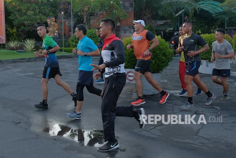 Sandiaga Berolahraga. Calon Wakil Presiden nomor urut 02 Sandiaga Salahuddin Uno (kedua kiri) berolahraga bersama kaum milenial di kawasan Pantai Sanur, Denpasar, Bali, Ahad (24/2/2019).
