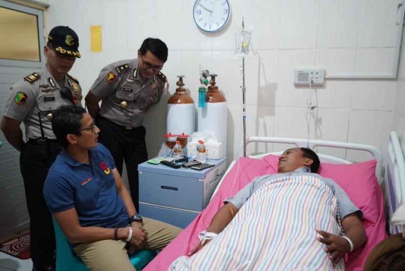 Sandiaga Uno menjenguk Ipda Agus Winarno yang sedang terbaring sakit.