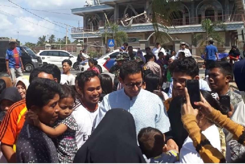 Sandiaga Uno menyambangi posko pengungsian di Dusun Wadon, Desa Kekait, Kecamatan Gunungsari, Kabupaten Lombok Barat, NTB, Rabu (15/8).