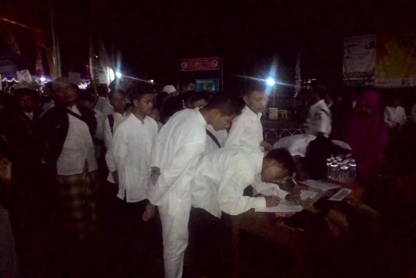 santri dari pondok pesantren Al Hikmah, Karangmojo, Gunung Kidul, Yogyakarta, tiba di Masjid Syuhada Kota Yogyakarta, tempat digelarnya Tabligh Akbar dan Muhasabah Republika 2016.