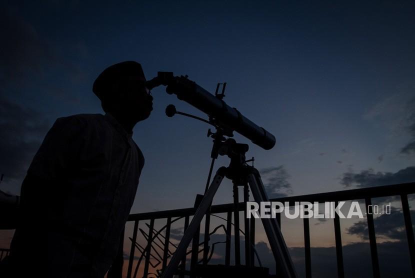 (Ilustrasi) Santri melihat posisi hilal untuk menentukan awal Ramadhan dengan menggunakan teleskop di Pondok Pesantren Assalam, Pabelan, Sukoharjo, Jawa Tengah, Ahad (5/5/2019).