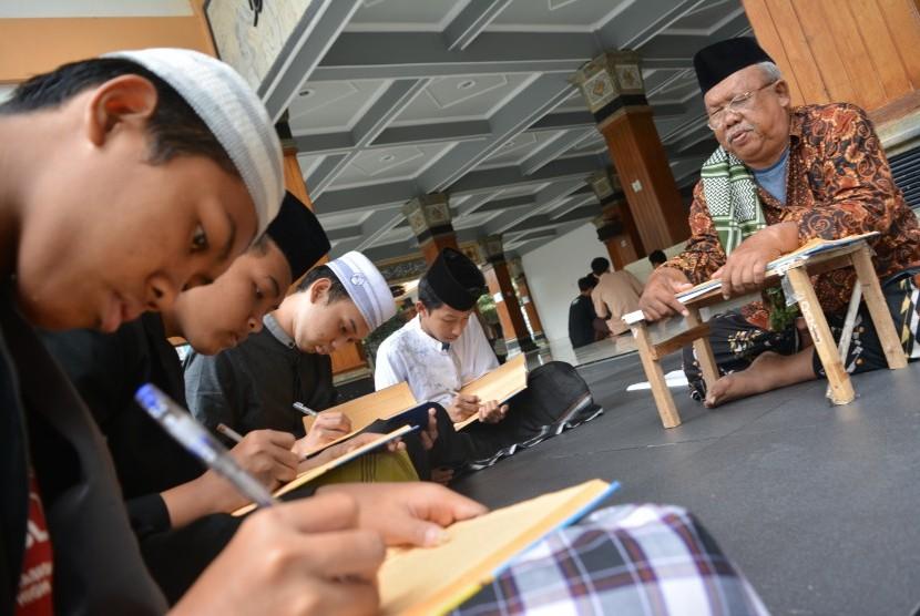 Santri memaknai kitab kuning di masjid Pesantren Tebuireng Jombang, Jawa Timur, Ahad (17/2/2019).