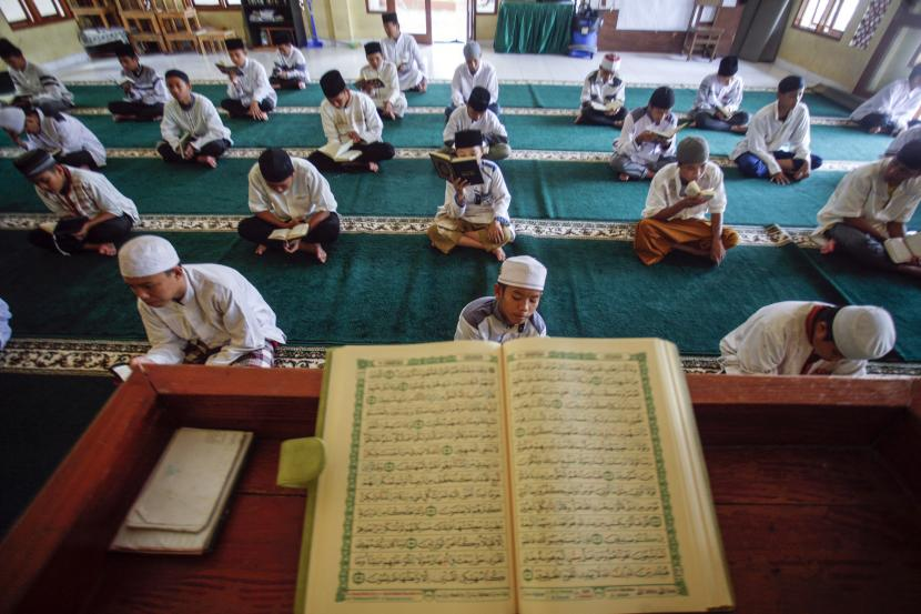 Santri membaca Alquran bersama-sama. Lahirnya UU Pesantren ibarat dua mata pisau bagi keluarga besar pesantren. (foto ilustrasi)