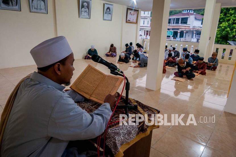 Santri mengikuti kegiatan kajian Kitab Kuning di Pondok Pesantren Salafiyah Tajul Falah, Lebak, Banten, Sabtu (17/4/2021). Mengaji Kitab Kuning merupakan tradisi pesantren tradisional (salafi) yang biasa dilaksanakan saat bulan Ramadhan.