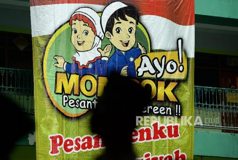 Santri menunggu rombongan kirab Hari Santri Nasional di Ponpes Asshiddiqiyah, Jakarta, Sabtu (21/10).