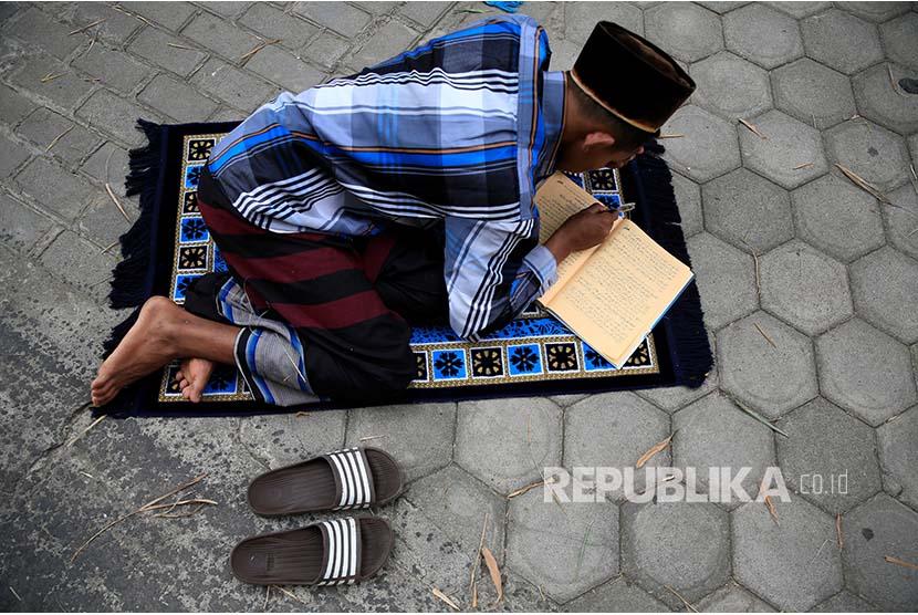 Santri Pesantren Lirboyo mempelajari Kitab Kuning pada bulan Ramadhan di Kediri, Jawa Timur.