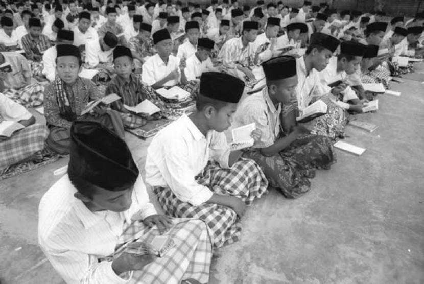 Santri Pondok Modern Gontor - Ponorogo, Jawa Timur sedang Mengaji bersama