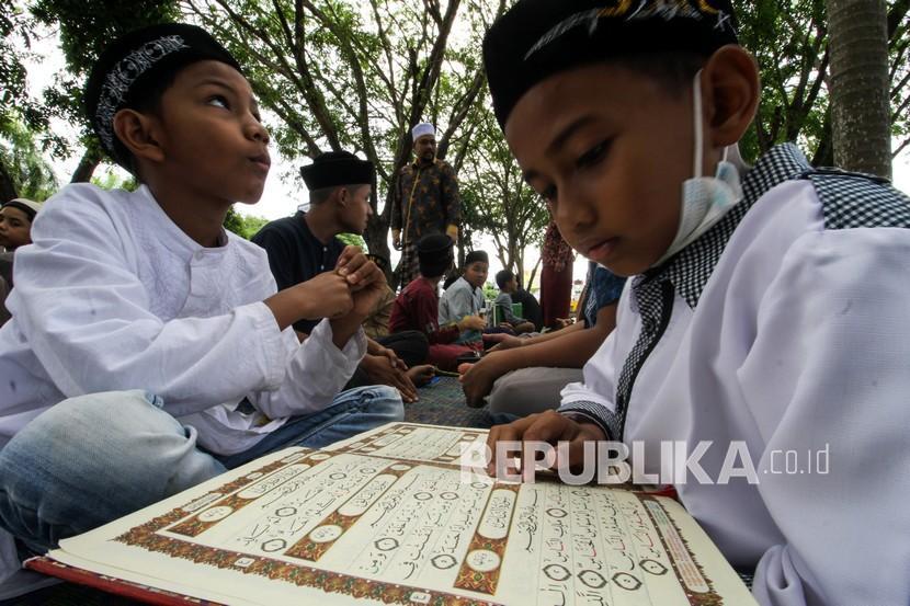 Santri Qari Hafiz (Qaha) mengikuti pesantren kilat alam terbuka di Taman Riyadah Lhokseumawe, Aceh, Jumat (7/5/2021). Pengajian di alam terbuka tersebut dalam rangka pemantapan hafalan Al Quran sekaligus menghilangkan kejenuhan mengaji dalam ruangan.