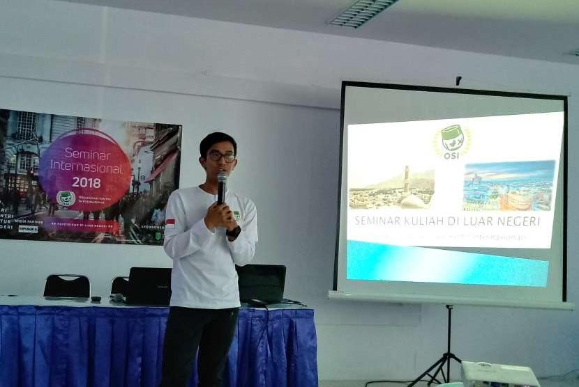 Santri yang tergabung dalam Organisasi Santri Internasional (OSI) memberikan paparan kepada ratusan siswa kelas 12 di SMA Islam Terpadu (IT) Abu Bakar Yogyakarta.
