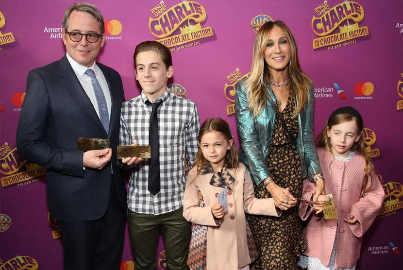 Sarah Jesicca Parker (kiri) bersama suami dan ketiga anaknya.