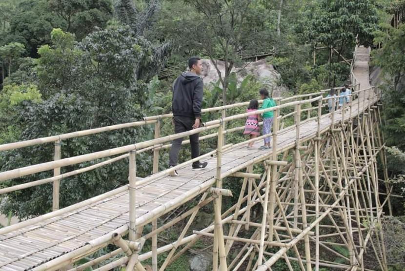 Sasak (jembatan) Panyawangan dan Flying Fox, merupakan objek wisata yang ada di Gunung Bongkok, Kecamatan Tegalwaru, Kabupaten Purwakarta.