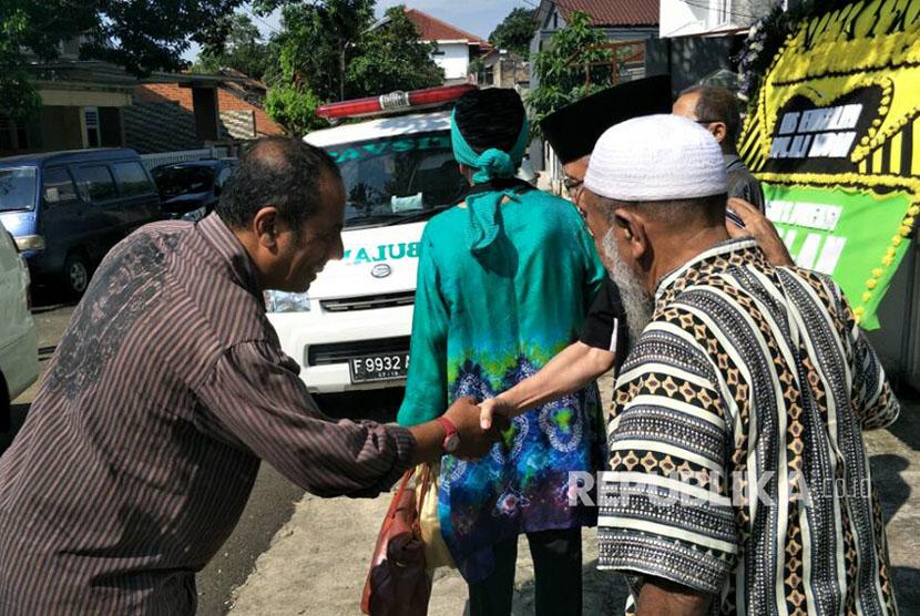 Sastrawan Taufiq Ismail melayat ke rumah duka almarhum Ali Audah, Bogor, Selasa (20/6).
