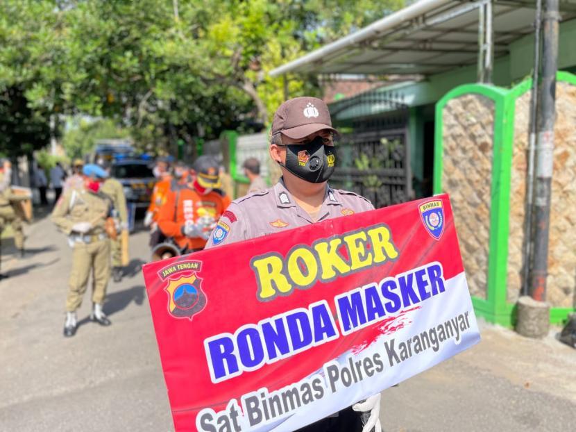 Sat Binmas Polres Karanganyar menggelar ronda masker (Roker) untuk meningkatkan kesadaran masyarakat dalam mematuhi protokol kesehatan (prokes) pencegahan Covid-19, Rabu (14/7).