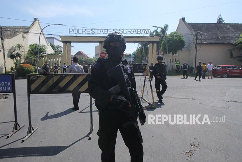 Sat Brimob Polda Jatim melakukan penjagaan di sekitar Polrestabes Surabaya setelah terjadi ledakan, Surabaya, Jawa Timur, Senin (14/5).