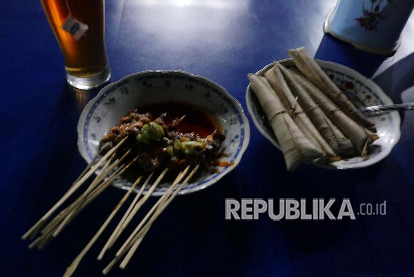 Sate Bulayak makanan khas Pulau Lombok dari daerah Narmada, Senin (21/5).
