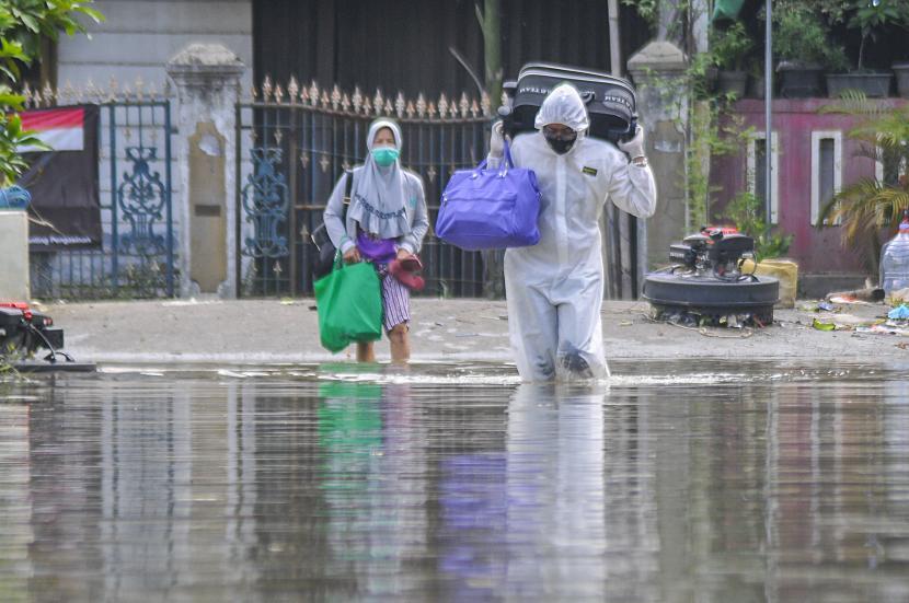 Satgas Covid-19 mengevakuasi warga yang akan melakukan isolasi mandiri di RSUD tipe D, Bekasi, Jawa Barat, Rabu (16/6/2021). Kenaikan kasus Covid-19 pasca-Lebaran didominasi wilayah Pulau Jawa.