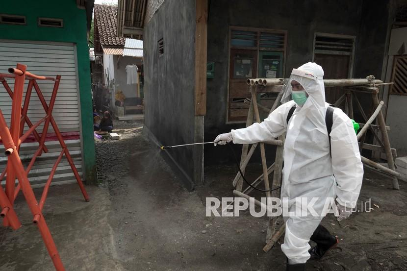 Satgas COVID-19 menyemprotkan disinfektan ke rumah warga setelah terjadi kluster jamaah shalat Tarawih di Desa Pekaja, Kalibagor, Banyumas, Jateng, Jumat (30/4/2021). Sebanyak dua mushalla dan dua masjid di Desa Pekaja, Kecamatan Kalibagor ditutup setelah 52 jamaah shalat Tarawih dari dua Desa di Kabupaten Banyumas itu terkonfirmasi positif COVID-19.