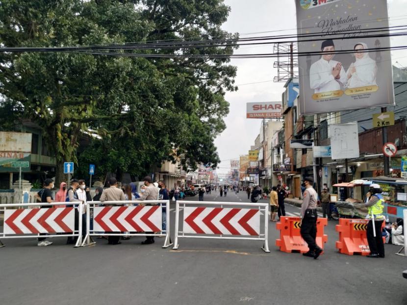 Satgas Penanganan Covid-19 Kota Tasikmalaya menutup akses menuju pusat pertokoan di Jalan KHZ Mustofa, Kamis (6/5)