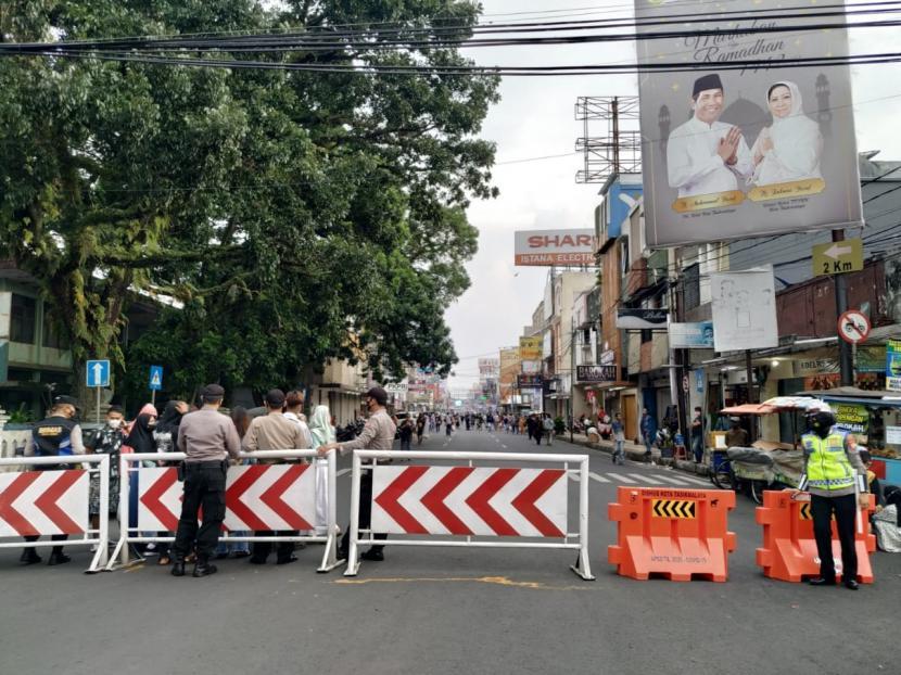 Satgas Penanganan Covid-19 Kota Tasikmalaya menutup akses menuju Jalan KH Z Mustofa, Kamis (6/5/2021).