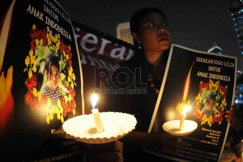 Satgas Perlindungan Anak menggelar doa bersama dan aksi 1.000 lilin untuk bocah perempuan yang ditemukan tewas terbunuh dan dikubur di halaman belakang rumahnya, Angeline di Bundaran HI, Jakarta, Kamis (11/6) malam.(Republika/Agung Supriyanto)