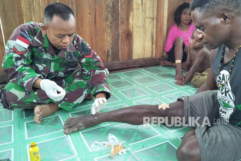 Satgas Yonif Para Raider 501 Kostrad melakukan pengobatan keliling di Kampung Koya Koso, Jayapura, Papua, Selasa (20/3).