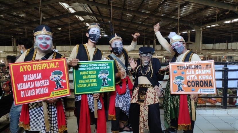 Satpol PP Jawa Barat bersama Dinas Komunikasi, Informasi dan Statistik (DKIS) Kota Cirebon menyosialisasikan penerapan protokol kesehatan (prokes) dengan melibatkan tokoh pewayangan yang terkenal, yakni Punakawan, Jumat (17/9).