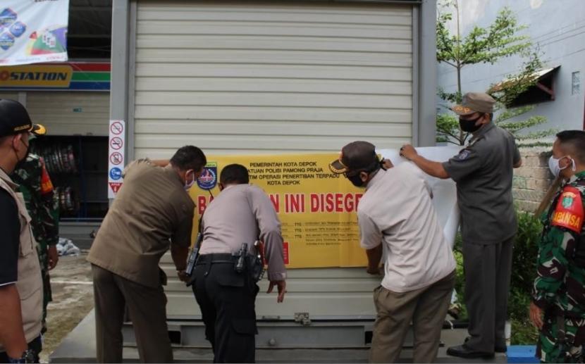 Satpol PP Kota Depok menyegel bangunan yang tak memiliki izin mendirikan bangunan (IMB).
