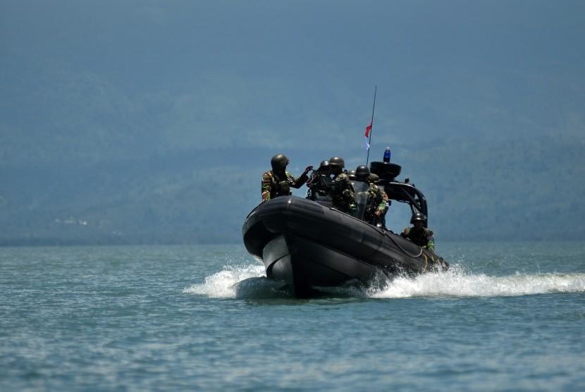 Satu regu prajurit Pengintai Amfibi (Taifib) TNI AL berpatroli di Laut Poso, Poso, Sulawesi Tengah.
