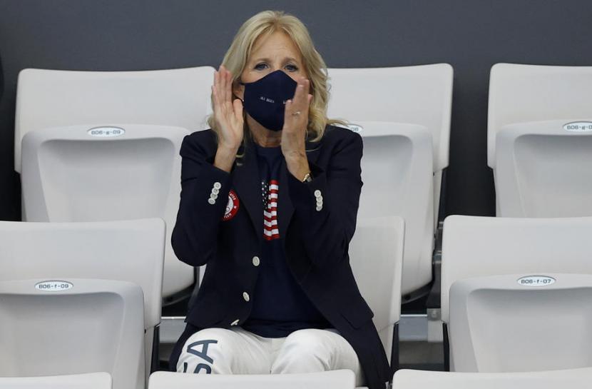 Satu-satunya baju baru yang dipakai Jill Biden selama mengunjungi Olimpiade Tokyo adalah blazer hitam Ralph Lauren yang dipadankan dengan kaus oblong dan celana panjang putih.