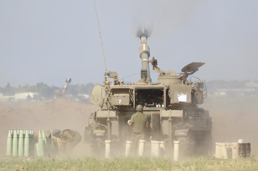 Satu unit artileri Israel menembak ke arah sasaran di Jalur Gaza, di perbatasan Gaza Israel, Sabtu, 15 Mei 2021.
