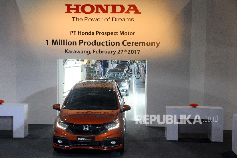 Satu unit mobil Honda diperlihatkan saat perayaan pencapaiaan satu juta unit produksi di Pabrik PT Honda Prospect Motor (HPM) Karawang, Jawa Tengah (27/2).