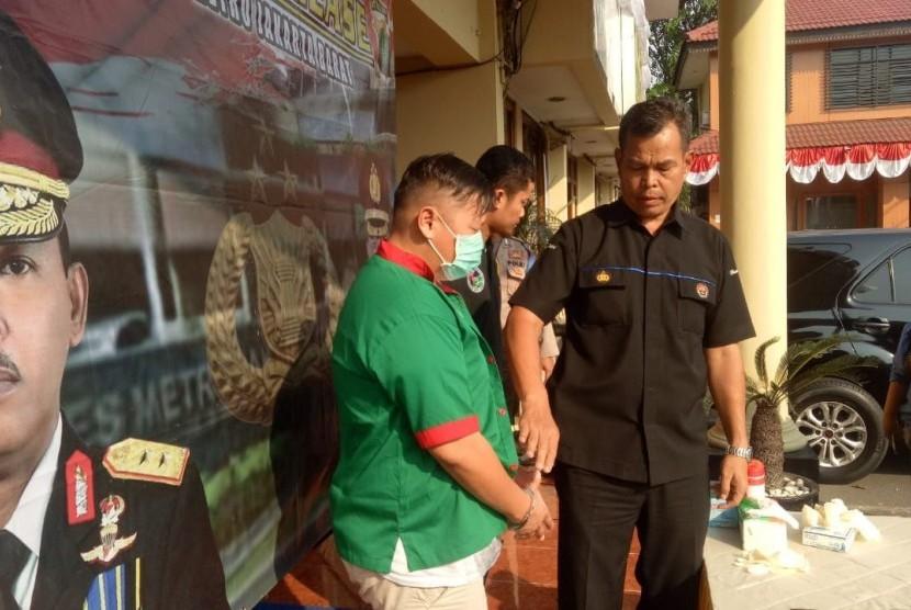 Satuan Narkoba Polres Metro Jakarta Barat merilis penangkapan presenter Reza Bukan karena kedapatan memiliki sabu, Ahad (7/1).