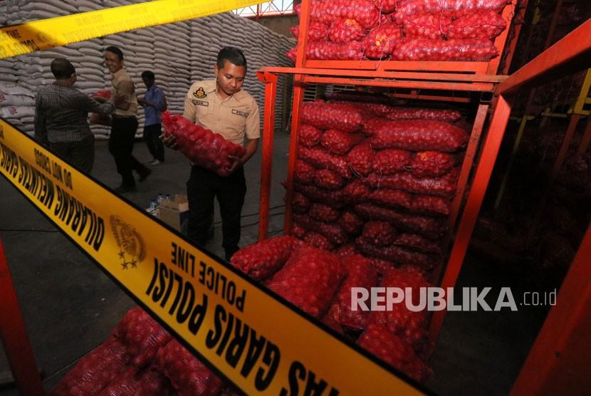 Satuan Tugas (Satgas) Pangan Polri menyita barang bukti bawang bombai ilegal di gudang PT Jakarta Sereal Jalan Kasuari no 35 Surabaya, Jawa Timur, Senin (7/5).