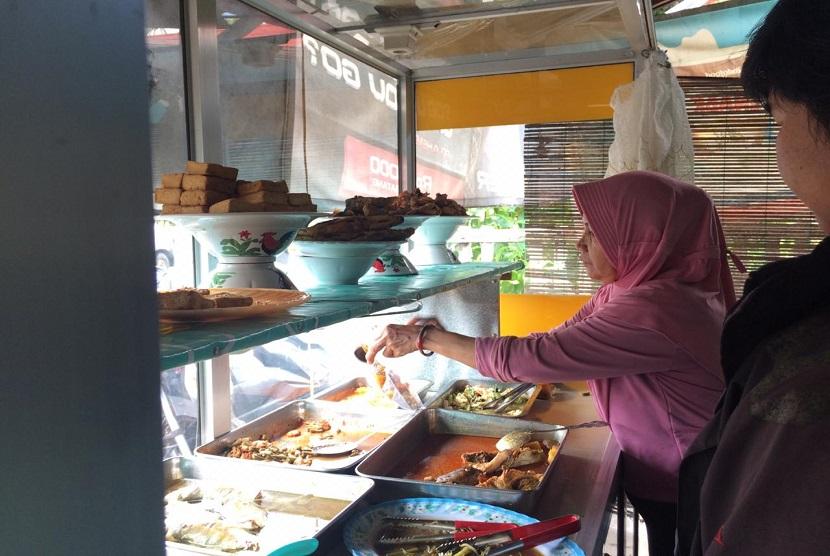 Sawiti pengusaha warung nasi dan pecel yang juga merupakan penerima manfaat dari bantuan modal usaha Rumah Zakat. Sawiti mengeluhkan omzet yang turun drastis sejak senin 16 Maret 2020 karena sepinya pelanggan.