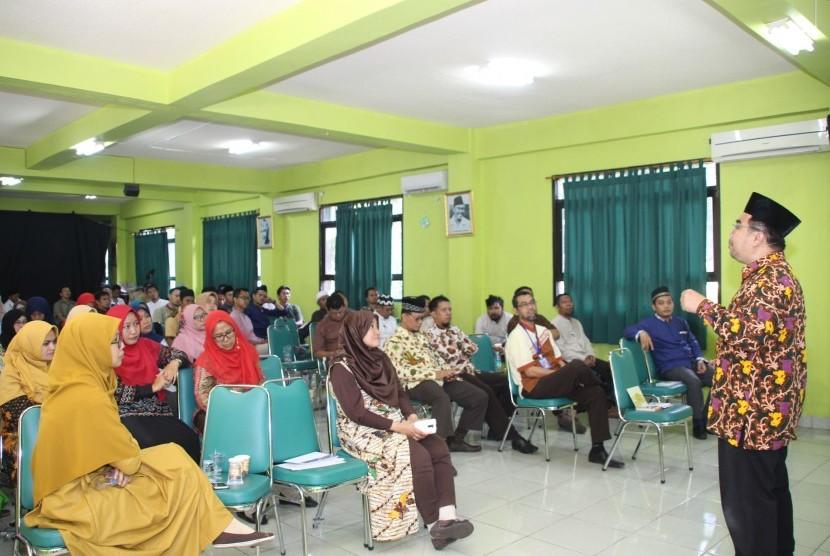 SD Islam Al Azhar 19 Sentra Primer, Jakarta, menggelar Workshop Character Building melalui konsep cara berpikir suprarasional bagi para karyawan dan guru, Jumat (14/6).